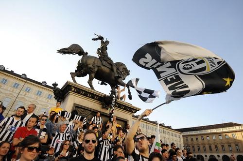 Cổ động viên Juventus xuống đường mừng chức vô địch sớm