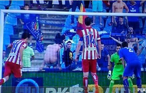 Khán giả Getafe kém fair-play, khiến Costa sút hỏng quả phạt đền