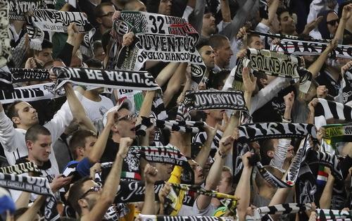 Cổ động viên Turin chào đón tân vương Serie A