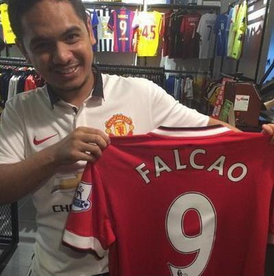 Cổ động viên M.U đã tìm mua áo đấu có số và tên Falcao
