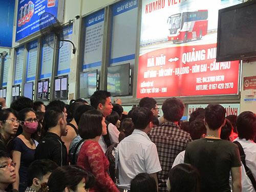 Hành khách xếp hàng mua vé tại Bến xe Mỹ Đình vào chiều 29-4 Ảnh: VĂN DUẨN