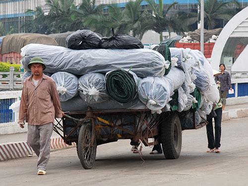 Trao đổi hàng hóa giữa Việt Nam và Trung Quốc qua cửa khẩu quốc tế Lào Cai Ảnh: TẤN THẠNH