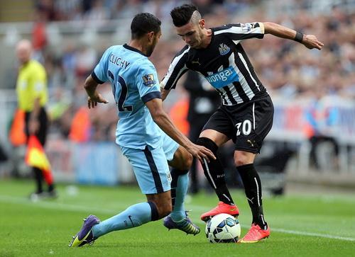 Tân binh Remy Cabella (phải) đã có trận đấu hay cho Newcastle, trừ bàn thắng
