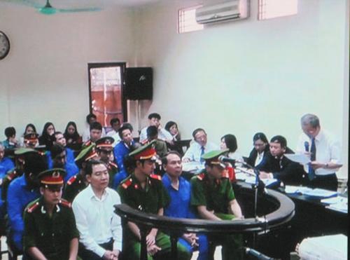 Luật sư Nguyễn Đình Hưng (bìa phải) cho rằng số tiền 1,66 triệu USD mà các bị cáo chia chác là trục lợi bất chính, nên không thể là tội tham ô tài sản - Ảnh chụp qua màn hình