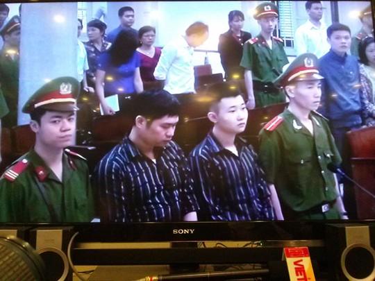 Hai bị cáo Nguyễn Mạnh Tường (trái) và Đào Quang Khánh tại toà án