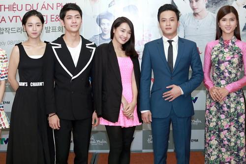 Các diễn viên chính Việt - Hàn của bộ phim. Trong phim, Linh (do Nhã Phương (giữa) đóng) vướng vào chuyện tình tay ba với một chàng trai Hàn Quốc (Kang Tae Oh đóng) và anh chàng Việt Nam đang học thạc sĩ tại đây (Hồng Đăng đóng)