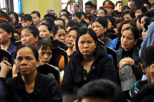 Những khuôn mặt thất thần của bà con tiểu thương trong cuộc gặp với Chủ tịch UBND tỉnh Hưng Yên