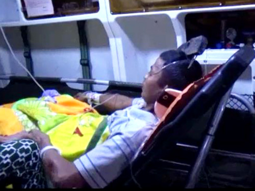 Nạn nhân được đưa cấp cứu với chiếc cào sắt còn cắm trên đầu