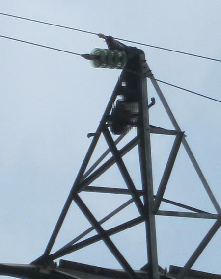 Người dân bàng hoàng khi phát hiện thi thể người đàn ông cháy đen trên cột điện cao thế