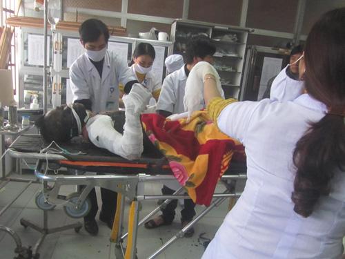 Nạn nhân Hồ Quốc Huy đang được các y, bác sỹ cấp cứu