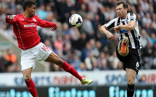 Cardiff (áo đỏ) cũng chia tay giải Ngoại hạng sau một mùa chinh chiến