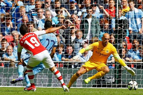 Santi Cazorla (19) ghi bàn mở tỉ số cho Arsenal