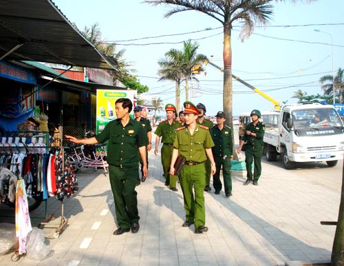 Lực lượng liên ngành đi kiểm tra các cơ sở kinh doanh dịch vụ tại bãi biển Sầm Sơn - Ảnh: Cổng TTĐT Sầm Sơn