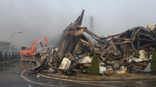 Cảnh đổ nát sau khi đám cháy được khống chế