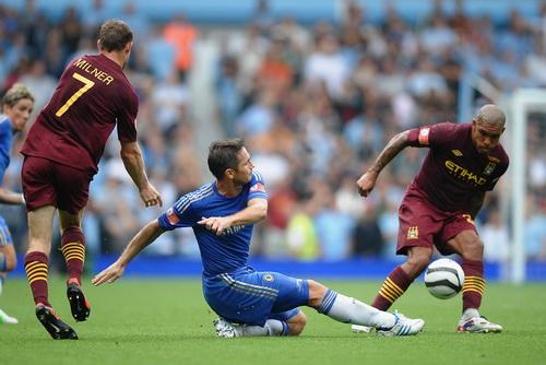 Lampard (giữa) liệu có giúp Chelsea làm nên kỳ tích ở Etihad?