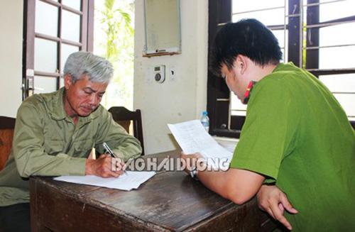 Nghi phạm Phạm Văn Hải ra đầu thú, khai nhận việc chém chết vợ và con - Ảnh: Báo Hải Dương