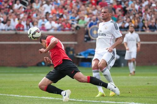 Chicharito đưa Man United vào chung kết với bàn thắng thứ ba, nhấn chìm Real Madrid