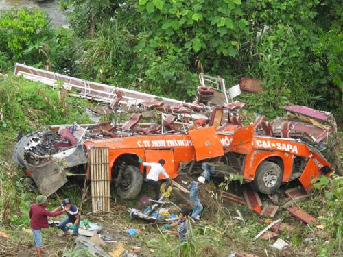 Chiếc xe khách giường nằm gần như nát vụn sau vụ tai nạn thảm khốc khiến 12 người chết, 41 người bị thương - Ảnh: Văn Duẩn
