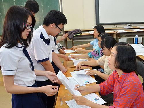 Học sinh Trường THPT Mạc Đĩnh Chi, TP HCM nộp hồ sơ dự thi ĐH, CĐ năm 2014 trong ngày 1-4 Ảnh: Tấn Thạnh