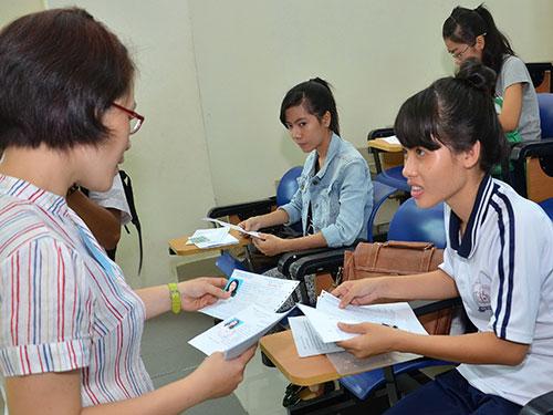 Kiểm tra hồ sơ dự thi của thí sinh tại Trường ĐH Sư phạm TP HCM sáng 3-7Ảnh: TẤN THẠNH