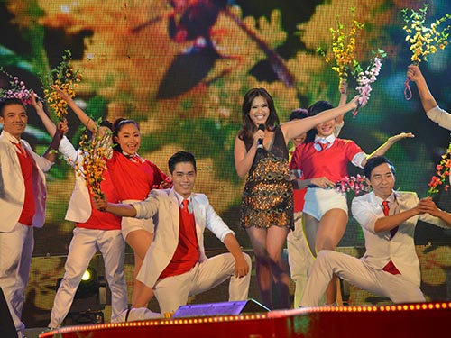 Ca sĩ Phương Vy cùng nhóm múa trình diễn trong chương trình