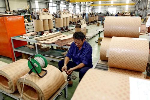 Doanh nghiệp Việt đứng ở vị trí thấp nhất trong chuỗi sản xuất, thương mại toàn cầu. (Ảnh chỉ mang tính minh họa) Ảnh: HỒNG THÚY