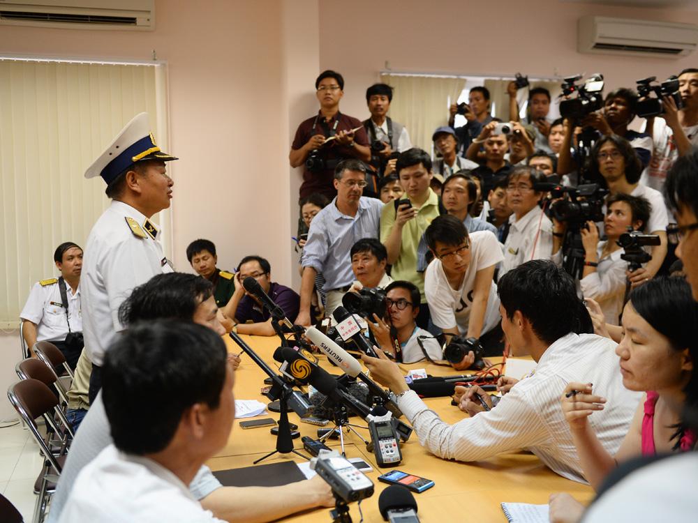 Chuẩn đô đốc Lê Minh Thành, Phó tư lệnh Quân chủng Hải quân, trả lời báo giới tại Sở chỉ chuy tiền phương Phú Quốc
