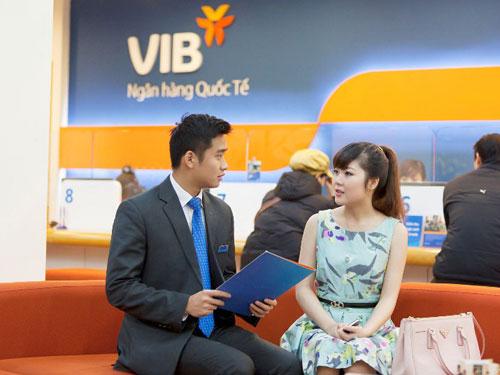 Chuyên viên VIB đang tư vấn cho khách hàng