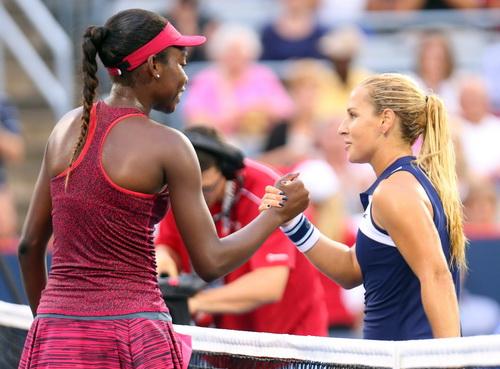 Vóc dáng thấp bé khiến Dominika Cibulkova (phải) gặp nhiều khó khăn trong thi đấu