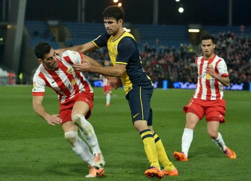 Costa (giữa) bị các hậu vệ Almeria phong tỏa