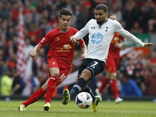 Philippe Coutinho (trái) đi bóng trước khi ghi bàn thắng cho Liverpool