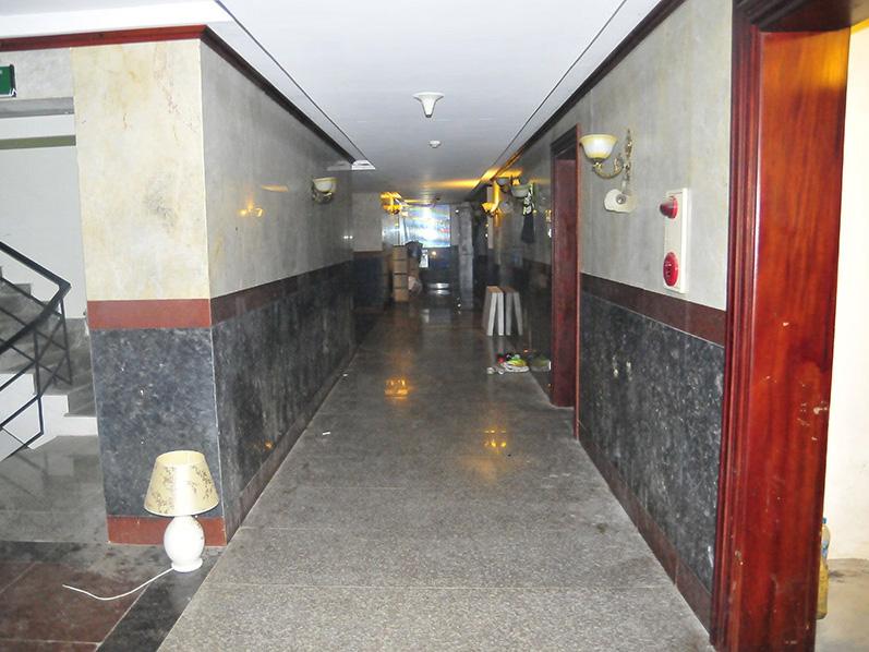 Cánh cửa vào phòng các cầu thủ V. Ninh Bình trên tầng 8 Khách sạn The Vissai đóng im ỉm