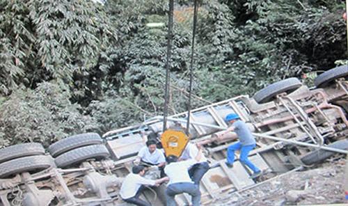 Lực lượng chức năng đang cứu hộ chiếc xe tải bị lật - Ảnh: Báo Sơn La