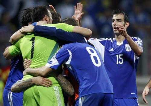Niềm vui chiến thắng của đội bóng tí hon Cyprus