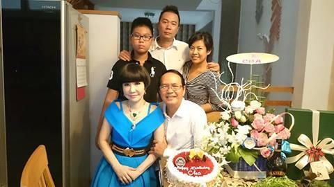 Vợ chồng NSƯT Thanh Điền, Thanh Kim Huệ và gia đình người con trai trong ngày mừng thọ.
