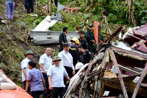 Bộ trưởng Đinh La Thăng (đội mũ màu xanh) dẫn đầu đoàn công tác kiểm tra hiện trường chiếc xe khách lao xuống vực