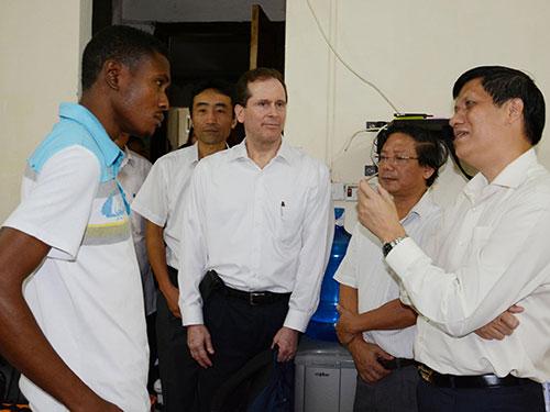 Thứ trưởng Bộ Y tế Nguyễn Thanh Long (bìa phải) kiểm tra công tác giám sát sức khỏe những người đến từ vùng có dịch Ebola. Ảnh: NGỌC DUNG