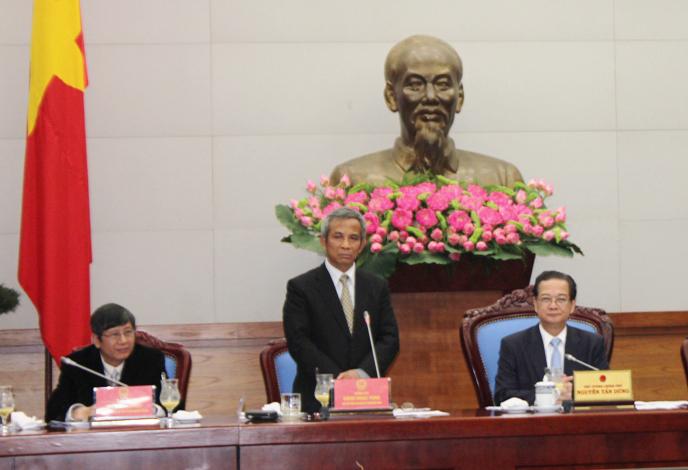 Chủ tịch Tổng LĐLĐ Việt Nam Đặng Ngọc Tùng (đứng) phát biểu tại cuộc họp