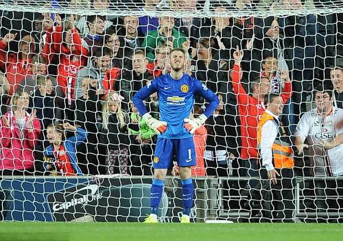 Thủ môn De Gea thất vọng khi để thủng lưới 4 bàn trước MK Dons