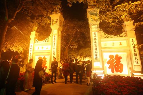 Vào lễ Đền Ngọc Sơn ở hồ Hoàn Kiếm