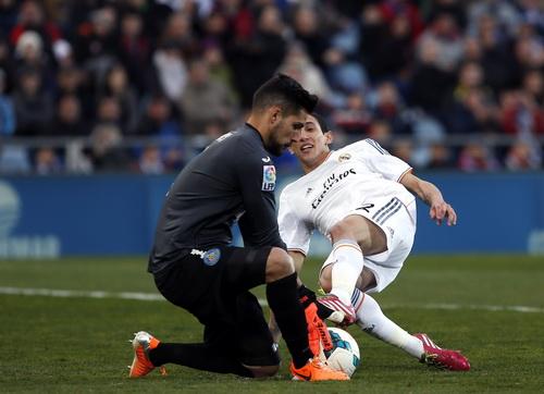 Thủ môn Angel Moya vất vả trước đội khách Real