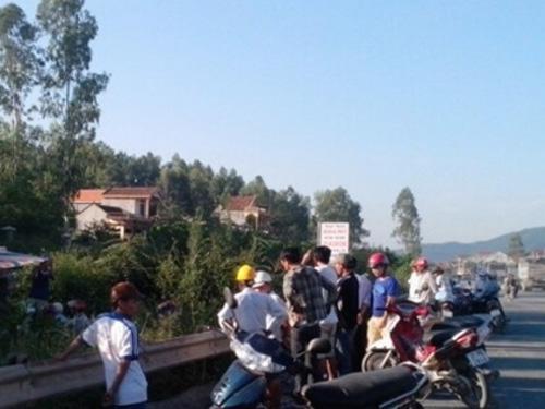 Hiện trường vụ tai nạn tàu hỏa tông chết thanh niên đi đám tang về. Ảnh: Tình Nguyễn