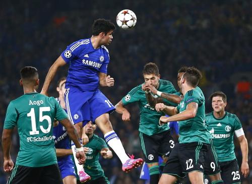 Diego Costa trong vòng vây hàng thủ Schalke 04