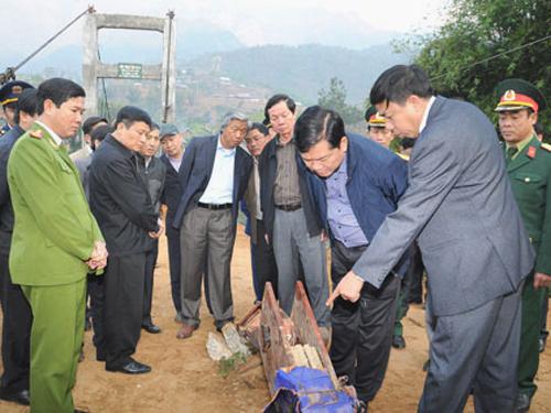 Bộ trưởng Đinh La Thăng đang cúi xem một phần thiết bị của cầu treo khi đến thị sát hiện trường vụ tai nạn sáng 25-2 - Ảnh: GTVT Oline