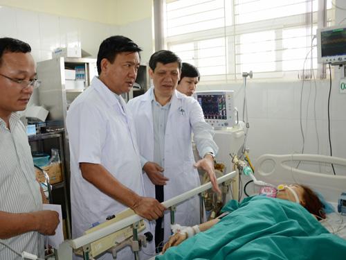 Bộ trưởng Đinh La Thăng (thứ hai từ trái qua) và Thứ trưởng Nguyễn Thanh Long (thứ ba từ trái qua) thăm hỏi nạn nhân vụ tai nạn thảm khốc ở Sa Pa