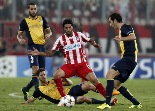 Alejandro Dominguez (Olympiakos) trong vòng vây các cầu thủ Atletico