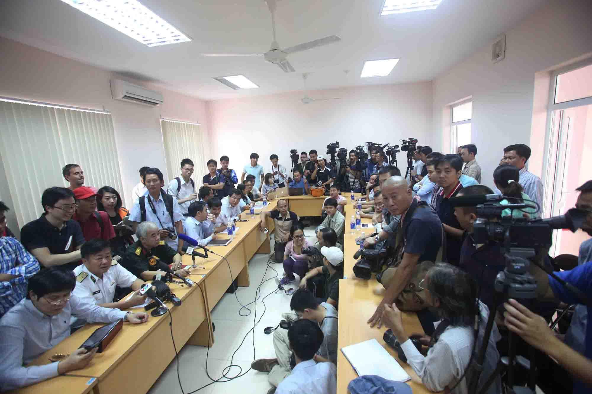 Đông đảo phóng viên trong nước và quốc tế đang tác nghiệp tại Sở chỉ huy tiền phương tại Phú Quốc