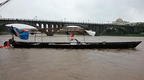 Một con đò neo đậu không chắc bị gió thổi trôi tự do trên sông Ka Long