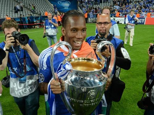 Drogba và chiếc cúp vô địch Champions League 2011-2012