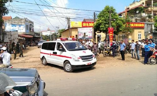Xe cứu thương của quân đội đưa những người bị thương rời hiện trường máy bay rơi đi cấp cứu - Ảnh: Dân trí